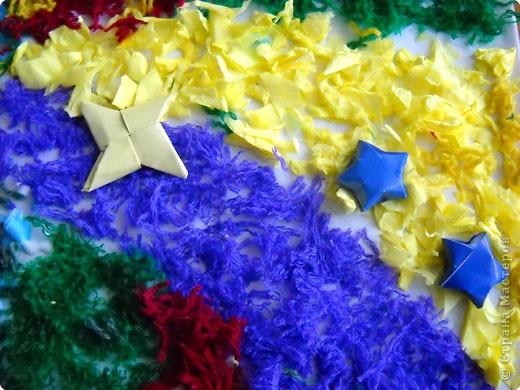 Это панно Роман сделал в технике ассамбляж. Роман захотел показать новогодний парад волшебных снежинок. Снежинки надели красивые наряды и летают на фоне красивого неба, раскрашенного фейерверками. Кто поймает снежинку - у того исполнится желание. фото 4
