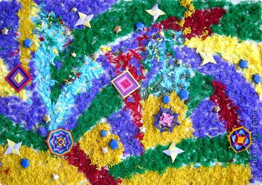 Это панно Роман сделал в технике ассамбляж. Роман захотел показать новогодний парад волшебных снежинок. Снежинки надели красивые наряды и летают на фоне красивого неба, раскрашенного фейерверками. Кто поймает снежинку - у того исполнится желание. фото 1