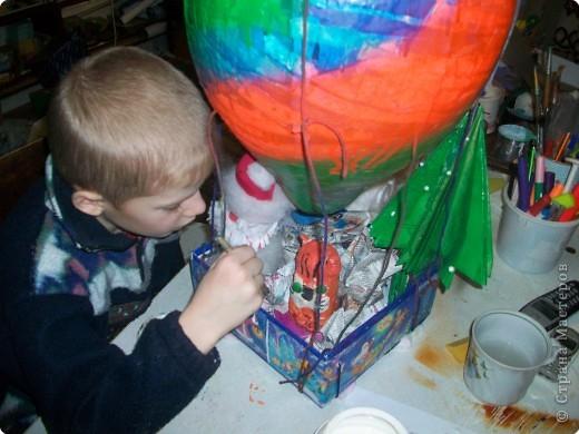 Наш шарик должен долететь до самой верхушки и передать от нас привет нашей прошлогодней елочке. фото 8
