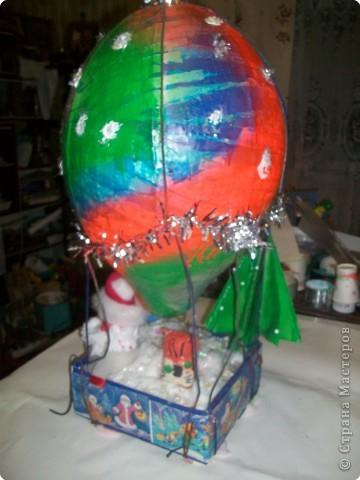 Наш шарик должен долететь до самой верхушки и передать от нас привет нашей прошлогодней елочке. фото 9