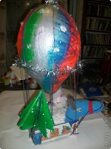 Наш шарик должен долететь до самой верхушки и передать от нас привет нашей прошлогодней елочке. фото 1