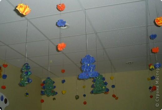 Мы с ребятами выполняли игрушки на ёлку из салфеток: шарики и ёлочки. фото 1