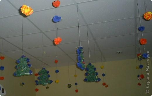 Мы с ребятами выполняли игрушки на ёлку из салфеток: шарики и ёлочки. фото 5