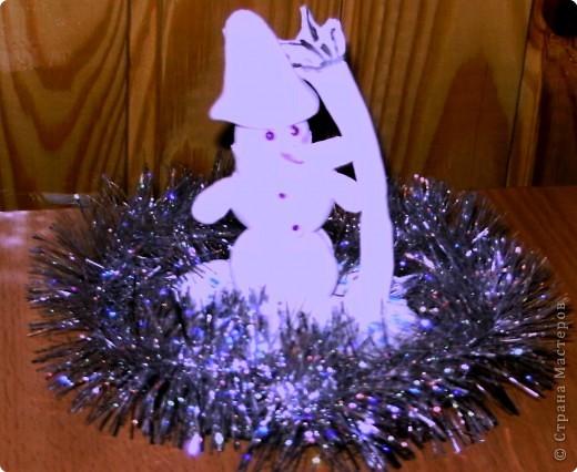 Под Новый год, как в сказке,  Полным-полно чудес Спешит на праздник Снеговик,  Покинув волшебное Поле Чудес!