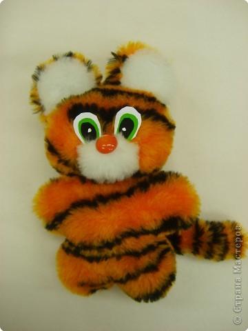 Он тигрёнок, он не свинка!  Рыжий нос, в полоску спинка.  Почеши его за ушком.  Он же мягкая игрушка!                                (Автор Бугакова Вика) фото 2