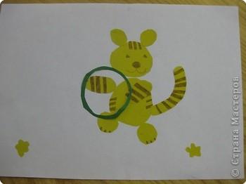 Про тигренка   У тигренка за ушами  черные полоски.  Этим он обязан маме,  А не тете взрослой.   У тигренка среди меха  белые пушинки.  Он такой хорошенький,  словно на картинке.   У тигренка мягонькое,  Тёпленькое брюшко...  И тигренка хочется  почесать за ушком...   Видишь, с бабочкой играет...  Мотылек так близко...  ...ты с тигренком не играй:  Он тебе не киска.