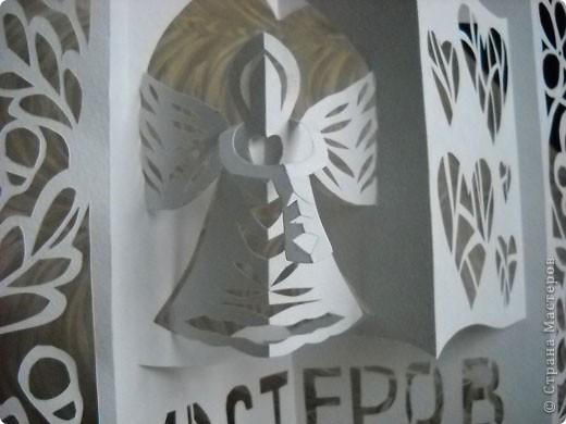 Герб Страны Мастеров сделан в технике киригами из плотной бумаги для акварели. В центральной части книга - символ мудрости и знаний. По бокам стилизованный растительный орнамент из листочков дуба (слева) и цветов (справа). фото 4