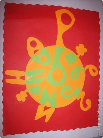 Здравствуйте все участники звездного полета! Меня зовут Регина. А это мое имя в технике транспарантного вырезания. Я выбрала форму круг, а мой любимый цвет -оранжевый, а еще зеленый и красный. фото 1