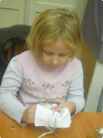 """Монограмму Лиза писала и вышивала сама с помощью Осокиной Натальи Николаевны, руководителя кружка по вышивке в Доме Детского Творчества """"Измайловский"""". фото 3"""
