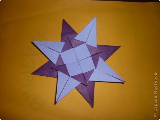 Мой знак-Водолей. Схему созвездия вышил желтыми нитками, звезды-из фольги.       Изображение знака Водолея и кувшин с разливающейся водой (нектаром)-сделал из фольги (дыроколом).                         Водолей-зодиакальное созвездие. Созвездие Водолей-Aguarius (лат.), у греков-Гидрохос, у римлян-Акуариус, у арабов-Сакиб-аль-ма. Все это означало одно и тоже: человек, льющий воду(нектар).Лучше всего оно видно по ночам с августа до октября. Вокруг Водолея расположены созвездия Кита, Южной Рыбы, Козерога,Орла, Пегаса и Малого Коня.Расположено созвездие Водолея  в виде сильно искривленной дуги. В середине созвездия можно различить скопление звезд-напоминающее фигуру юноши. который держит большой кувшин из которого льется вода.если присмотреться внимательно- можно заметить-вода из кувшина выливается в рот Южной Рыбе.С Водолеем связан миф о Девкалионе и его жене Пирре- единственных людях спасшихся от всемирного потопа.   И еще -название созвездию присвоено 4500  лет назад. фото 3