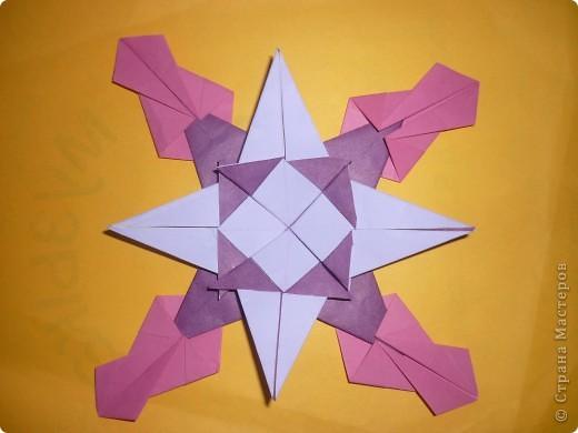 Мой знак-Водолей. Схему созвездия вышил желтыми нитками, звезды-из фольги.       Изображение знака Водолея и кувшин с разливающейся водой (нектаром)-сделал из фольги (дыроколом).                         Водолей-зодиакальное созвездие. Созвездие Водолей-Aguarius (лат.), у греков-Гидрохос, у римлян-Акуариус, у арабов-Сакиб-аль-ма. Все это означало одно и тоже: человек, льющий воду(нектар).Лучше всего оно видно по ночам с августа до октября. Вокруг Водолея расположены созвездия Кита, Южной Рыбы, Козерога,Орла, Пегаса и Малого Коня.Расположено созвездие Водолея  в виде сильно искривленной дуги. В середине созвездия можно различить скопление звезд-напоминающее фигуру юноши. который держит большой кувшин из которого льется вода.если присмотреться внимательно- можно заметить-вода из кувшина выливается в рот Южной Рыбе.С Водолеем связан миф о Девкалионе и его жене Пирре- единственных людях спасшихся от всемирного потопа.   И еще -название созвездию присвоено 4500  лет назад. фото 4