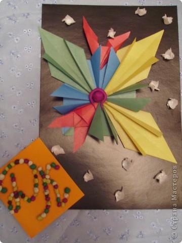 """Всем привет! Моя звезда состоит из 9 модулей: 3 """"ракета"""" (2 желтых и 1 зелёный), 4 """"шатлл""""( 2 синих и 2 зелёных), 2 """"крылья""""(красные). Все модули приклеены кроме одного красного, он может свободно летать. фото 1"""