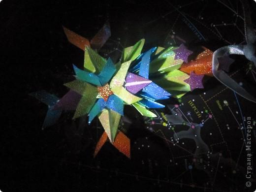 Вот и моя звезда! Я её сложила из модулей: 4 крыльев, 4 стрел и 4 ракет. Сини модули - стрела, розовые модули - крылья, а жёлтые модули - ракета. Мою звезду зовут Блеск, потому что она блестит! И вот моя звезда полетела в открытый космос!!! фото 5