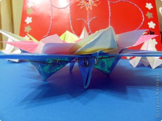 Вот и моя звезда! Я её сложила из модулей: 4 крыльев, 4 стрел и 4 ракет. Сини модули - стрела, розовые модули - крылья, а жёлтые модули - ракета. Мою звезду зовут Блеск, потому что она блестит! И вот моя звезда полетела в открытый космос!!! фото 8