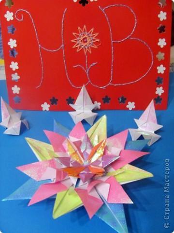 Вот и моя звезда! Я её сложила из модулей: 4 крыльев, 4 стрел и 4 ракет. Сини модули - стрела, розовые модули - крылья, а жёлтые модули - ракета. Мою звезду зовут Блеск, потому что она блестит! И вот моя звезда полетела в открытый космос!!! фото 7