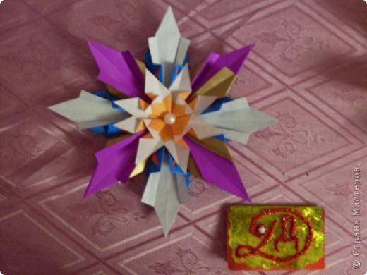 ЗВЕЗДА-цветок. Я назвала эту звезду, потому что она похожа на цветок и напоминает о лете. Для изготовления звезды использовала 8 ракет, 8 стрел и 8 комет. фото 2