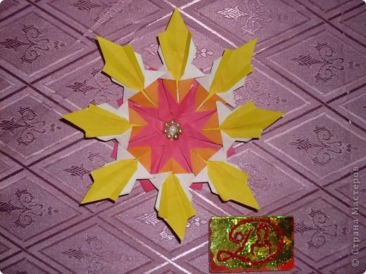 ЗВЕЗДА-цветок. Я назвала эту звезду, потому что она похожа на цветок и напоминает о лете. Для изготовления звезды использовала 8 ракет, 8 стрел и 8 комет. фото 1