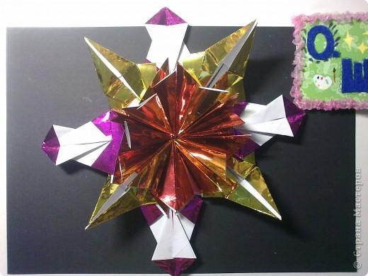 """Это звезда Альдебаран, как я её вижу. Красная звезда, это мой любимый цвет. Настоящая звезда относится к гигантам, её название означает """"последователь"""". А еще её называли Лампарус, это значит """"маяк, факел"""". Моя звёздочка выполнена из 8 модулей """"шаттл"""" и 4 модулей """"звездолет"""" . Еще я прочитала, что к звезде Альдебаран отправлен беспилотный корабль, но он прилетит к ней только через 2 миллиона лет! фото 2"""