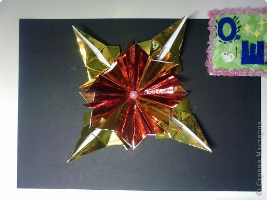 """Это звезда Альдебаран, как я её вижу. Красная звезда, это мой любимый цвет. Настоящая звезда относится к гигантам, её название означает """"последователь"""". А еще её называли Лампарус, это значит """"маяк, факел"""". Моя звёздочка выполнена из 8 модулей """"шаттл"""" и 4 модулей """"звездолет"""" . Еще я прочитала, что к звезде Альдебаран отправлен беспилотный корабль, но он прилетит к ней только через 2 миллиона лет! фото 1"""