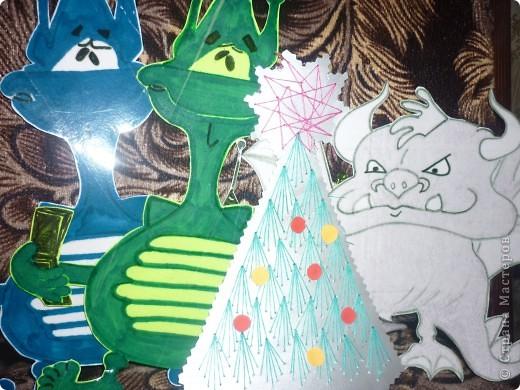 Мой знак-Водолей. Схему созвездия вышил желтыми нитками, звезды-из фольги.       Изображение знака Водолея и кувшин с разливающейся водой (нектаром)-сделал из фольги (дыроколом).                         Водолей-зодиакальное созвездие. Созвездие Водолей-Aguarius (лат.), у греков-Гидрохос, у римлян-Акуариус, у арабов-Сакиб-аль-ма. Все это означало одно и тоже: человек, льющий воду(нектар).Лучше всего оно видно по ночам с августа до октября. Вокруг Водолея расположены созвездия Кита, Южной Рыбы, Козерога,Орла, Пегаса и Малого Коня.Расположено созвездие Водолея  в виде сильно искривленной дуги. В середине созвездия можно различить скопление звезд-напоминающее фигуру юноши. который держит большой кувшин из которого льется вода.если присмотреться внимательно- можно заметить-вода из кувшина выливается в рот Южной Рыбе.С Водолеем связан миф о Девкалионе и его жене Пирре- единственных людях спасшихся от всемирного потопа.   И еще -название созвездию присвоено 4500  лет назад. фото 19