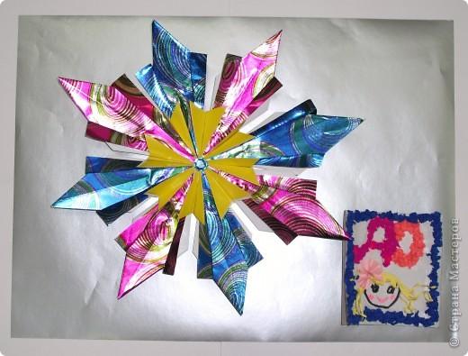 Эта синяя (самая горячая)  звездочка - магнитик. Сделана она из гофрокартона и мохнатой проволочки. Звездочка получилась похожей на Солнышко, но ведь Солнце - тоже звезда. Подняв руку, звездочка приветствует ВСЕХ участников конкурса и желает им удачи.  Звездочка висит на железной доске, а чтобы подвесить туда мою звездную карточку, мы тоже добавили магнитик. фото 4