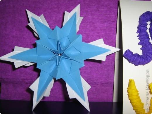 """Все снежинки похожи на маленькие звездочки, а  звезды Алины получились все похожи на снежинки. Алинке так понравилось придумывать звездочки, что получился целый звездный парад.  Первая звезда-снежинка сделана из 6 модулей """"крыло"""", 6 модулей """"комета"""" и 12 модулей """"ракета"""".  фото 4"""