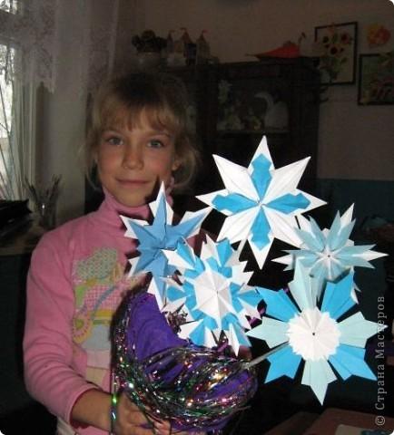 """Все снежинки похожи на маленькие звездочки, а  звезды Алины получились все похожи на снежинки. Алинке так понравилось придумывать звездочки, что получился целый звездный парад.  Первая звезда-снежинка сделана из 6 модулей """"крыло"""", 6 модулей """"комета"""" и 12 модулей """"ракета"""".  фото 19"""