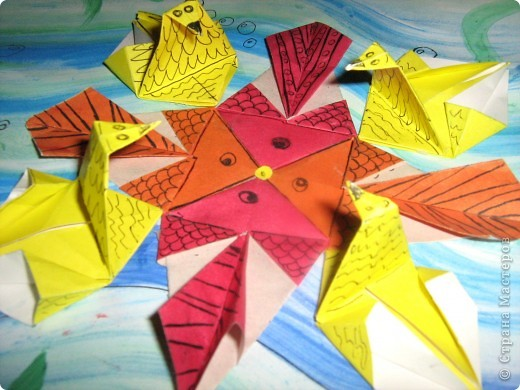 """Вот такой зоопарк! Решила я сделать звезду. Сложила базовую форму """"рыбка"""" и получились рыбы! Сложила модуль """"звездолёт"""", слегка дополнила - и получились уточки. Вот такая вот звёздочка морская. фото 3"""