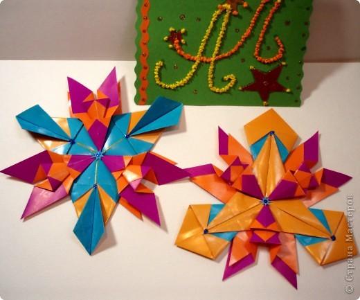 Звезда-мозаика в свободной технике. На картон я приклеила яичную скорлупу и покрасила витражными красками.  фото 3