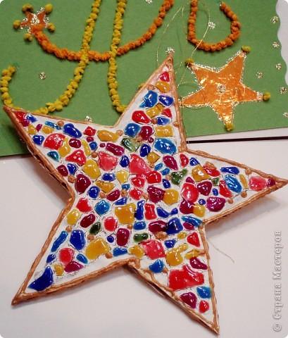 Звезда-мозаика в свободной технике. На картон я приклеила яичную скорлупу и покрасила витражными красками.  фото 1