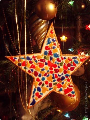 Звезда-мозаика в свободной технике. На картон я приклеила яичную скорлупу и покрасила витражными красками.  фото 6