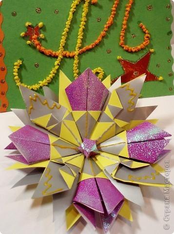 Звезда-мозаика в свободной технике. На картон я приклеила яичную скорлупу и покрасила витражными красками.  фото 2