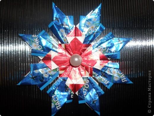 """Так как на Новый год дарят много подарков и большинство из них """"сладкие"""", а конфеты завёрнуты в великолепные, яркие обёртки, то я решила свои звёздочки сделать из фантиков. Вот, что у меня получилось. Звезда """"Ласточка"""" состоит из 4 модулей """"Крылья"""" и 8 модулей """"Ракета"""". Посмотрите какая она красивая! фото 1"""