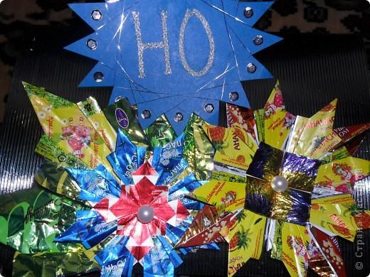 """Так как на Новый год дарят много подарков и большинство из них """"сладкие"""", а конфеты завёрнуты в великолепные, яркие обёртки, то я решила свои звёздочки сделать из фантиков. Вот, что у меня получилось. Звезда """"Ласточка"""" состоит из 4 модулей """"Крылья"""" и 8 модулей """"Ракета"""". Посмотрите какая она красивая! фото 4"""
