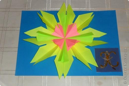 Тренировочный полёт. Моя звезда  «АХ».  Свою яркую космическую звездочку я выполнил из 8 модулей «крылья», из четырех модулей «стрела», но сделал «стрелу» не выгнутыми уголками, и из четырех  модулей «шаттл». Расположил я ее, на синем фоне изображая тем самым звездное небо.  Моя звездочка напоминает мне радостное восхищение, поэтому мне хочется назвать ее  моими  инициалами «АХ». Про свою звездочку я сочинил стишок:                                               АХ, какая звездочка!                                               Светит просто «АХ»,                                               «АХ» какая яркая!                                               Как искорка в глазАХ.                                                 Техника оригами принесла мне много удовольствия. Сколько можно придумать разных звездочек.        фото 1