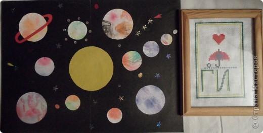 Мой второй полет. Звезда Веселинка. Начало загадки для малыша –  В воротах за поворотом. Калитку он трогает и, не дыша, В щелочку смотрит: а что там? Растешь ты – загадка В простор голубой  К небесным взмывает высотам, На солнце сверкает, мерцает звездой… И ты повторяешь: а что там? Точь – в – точь, как тебе, но еще в старину Хотелось узнать звездочетам –  Смотрели на Солнце они, на Луну И тихо шептали: а что там? …К неведомым звездам настанет черед Умчаться с Земли звездолетам. Но, к цели пробившись, закончив полет, Вновь взгляд устремят космонавты вперед И спросят упрямо: а что там? (книга «Почемучка»).   Мою звезду зовут Веселинка. Она разноцветная, а значит не горячая, а теплая. Она дарит всем людям свое тепло и улыбки. А еще она освещает путь всем людям, которым это нужно. В Новый год она особенно нужна, потому что она помогает зажечь огни на новогодней елочке. Вот такая она моя Веселинка. Сделали мы ее из 48 модулей.   фото 22
