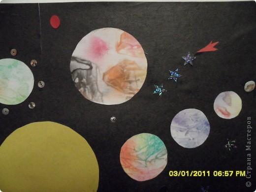 Мой второй полет. Звезда Веселинка. Начало загадки для малыша –  В воротах за поворотом. Калитку он трогает и, не дыша, В щелочку смотрит: а что там? Растешь ты – загадка В простор голубой  К небесным взмывает высотам, На солнце сверкает, мерцает звездой… И ты повторяешь: а что там? Точь – в – точь, как тебе, но еще в старину Хотелось узнать звездочетам –  Смотрели на Солнце они, на Луну И тихо шептали: а что там? …К неведомым звездам настанет черед Умчаться с Земли звездолетам. Но, к цели пробившись, закончив полет, Вновь взгляд устремят космонавты вперед И спросят упрямо: а что там? (книга «Почемучка»).   Мою звезду зовут Веселинка. Она разноцветная, а значит не горячая, а теплая. Она дарит всем людям свое тепло и улыбки. А еще она освещает путь всем людям, которым это нужно. В Новый год она особенно нужна, потому что она помогает зажечь огни на новогодней елочке. Вот такая она моя Веселинка. Сделали мы ее из 48 модулей.   фото 21