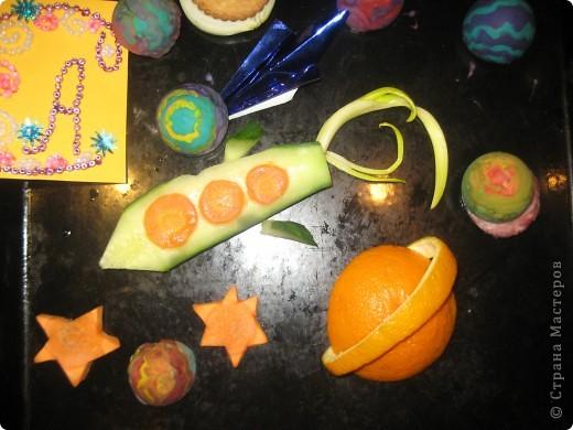 Тема 1. Тренировочный полёт.  Моя звезда состоит из 8 модулей «комета» в центре - 2 кометы красного цвета, 2 кометы оранжевого и 4 кометы серебристого цвета. Вокруг них – 8 модулей «ракета» - 2 зелёного и 6 синего цвета.    Моя звезда - волшебная. Я хочу подарить её своей младшей сестричке Иришке, чтобы она исполняла свои маленькие детские желания.   фото 3