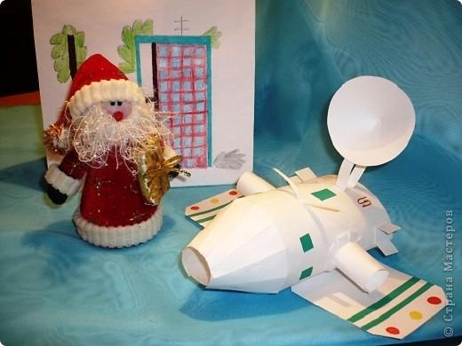 Случилась  эта история новогодним вечером.    Дед Мороз  закончил разносить детям подарки и  уставший возвращался домой, мечтая  о чем то о своем. Вдруг с неба упала звезда, с начала одна , потом еще одна. фото 3
