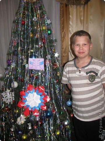 """Я хотел взять с собой в полет частичку России, поэтому звезда трехцветная как наш флаг. Свою звезду я назвал""""Маленькая Россия"""". В ее изготовлении использовал по 8 частей """"Шаттла"""", """"Кометы"""", """"Стрелы""""и """"Крыльев"""". фото 1"""