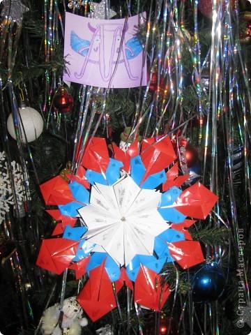 """Я хотел взять с собой в полет частичку России, поэтому звезда трехцветная как наш флаг. Свою звезду я назвал""""Маленькая Россия"""". В ее изготовлении использовал по 8 частей """"Шаттла"""", """"Кометы"""", """"Стрелы""""и """"Крыльев"""". фото 2"""