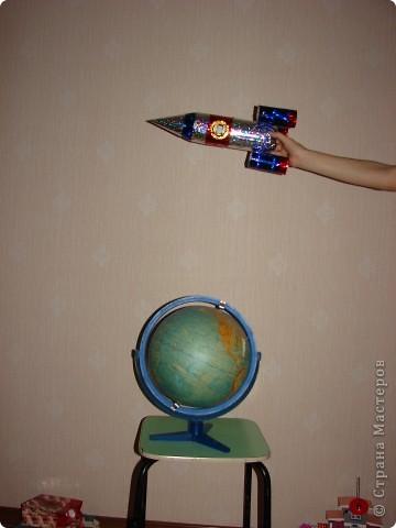 """Наша ракета совершает полет вокруг земного шара.Свою ракету я назвала """"ЕЛИЗАР"""". В честь конструктора - ЕЛИЗавета и космонавта - АРсений. фото 1"""