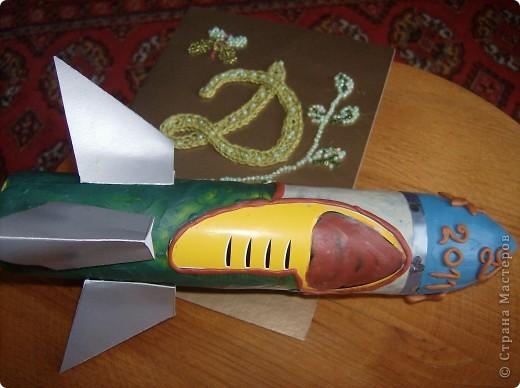 """Это моя ракета юбилейная. Сделала я её из пустого баллончика из-под спрея и использовала пластилин. Назвала свою ракетй """"Мир"""" Хочу, чтобы ракеты служили только для мирных целей.Юбилейная т.к в этом году исполняется 50 лет , как человек полетел в космос. фото 1"""