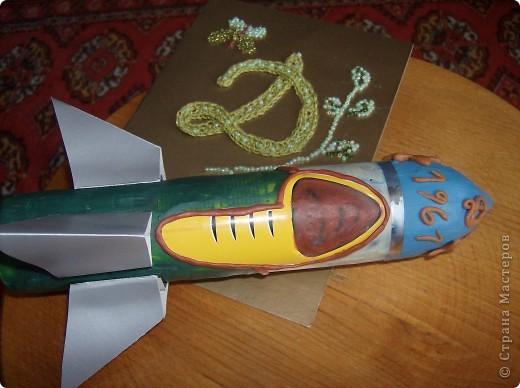 """Это моя ракета юбилейная. Сделала я её из пустого баллончика из-под спрея и использовала пластилин. Назвала свою ракетй """"Мир"""" Хочу, чтобы ракеты служили только для мирных целей.Юбилейная т.к в этом году исполняется 50 лет , как человек полетел в космос. фото 2"""