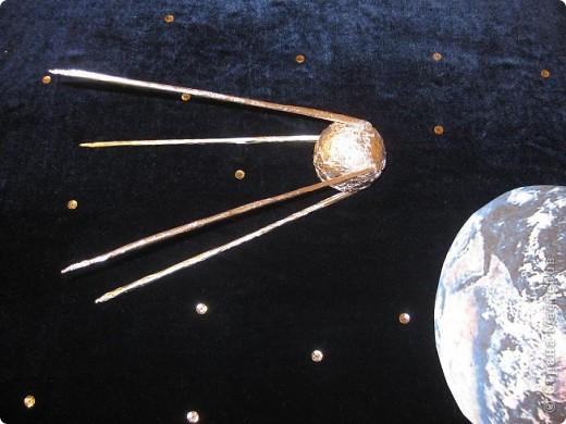 1 Тема. Конструируем космические  аппараты. Это  мой    космический корабль .В  дальнейшем ,  на   этом  корабле  полетят  герои  моего  рассказа  - Дениска и Лариска !Корабль  сделан  в технике  - квиллинг  и  высота  его  17  см. фото 3
