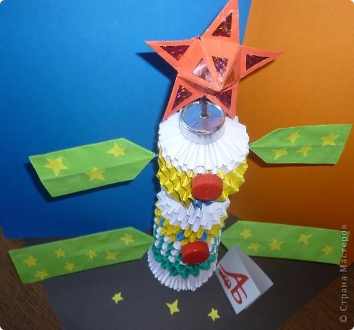 Представляю вашему вниманию пилотируемый космический корабль «Покоритель галактики-2011».  Мой космический корабль напоминает российский  корабль «Союз» и китайский корабль «Шэнь Чжоу», имеет такую же сферическо-коническую форму, только он современнее и имеет специальную систему слежения в виде красной звездочки в верхней части космического корабля (это мощный локатор).  Корабль сконструирован для полёта на Луну. А система слежения нужна для того, чтобы случайно не пропустить встречу с инопланетянами.  Корабль оснащен специальными люками для выхода в открытый космос. Корабль рассчитан на  размещение внутри четырех космонавтов. Это – я и мои друзья – Саша и Никита, а Настя будет оказывать медицинскую помощь (если, конечно, потребуется).   фото 3