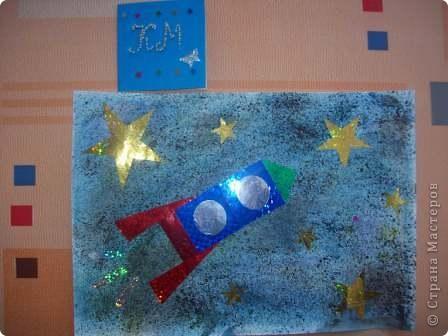 """Это моя ракета """"Стрела"""". Я сделал её из упаковки от герметика с использованием деталей конструктора """"Лего"""". Она заряжается солнечной энергией. Словно стрела, ракета мчится по просторам Вселенной. Космонавты исследуют планеты, изучают звёзды и кометы. фото 4"""