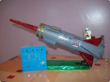 """Это моя ракета """"Стрела"""". Я сделал её из упаковки от герметика с использованием деталей конструктора """"Лего"""". Она заряжается солнечной энергией. Словно стрела, ракета мчится по просторам Вселенной. Космонавты исследуют планеты, изучают звёзды и кометы. фото 1"""
