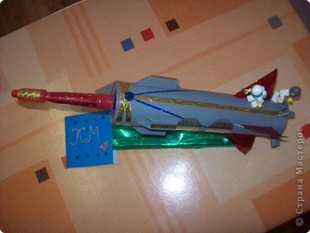 """Это моя ракета """"Стрела"""". Я сделал её из упаковки от герметика с использованием деталей конструктора """"Лего"""". Она заряжается солнечной энергией. Словно стрела, ракета мчится по просторам Вселенной. Космонавты исследуют планеты, изучают звёзды и кометы. фото 2"""
