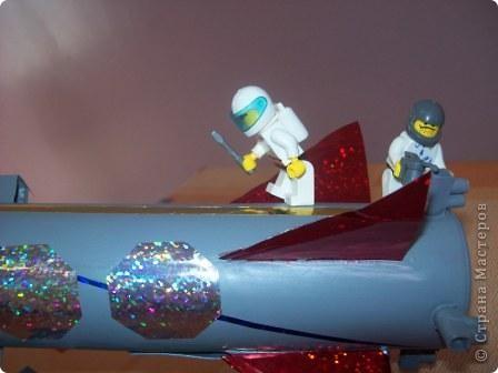 """Это моя ракета """"Стрела"""". Я сделал её из упаковки от герметика с использованием деталей конструктора """"Лего"""". Она заряжается солнечной энергией. Словно стрела, ракета мчится по просторам Вселенной. Космонавты исследуют планеты, изучают звёзды и кометы. фото 3"""